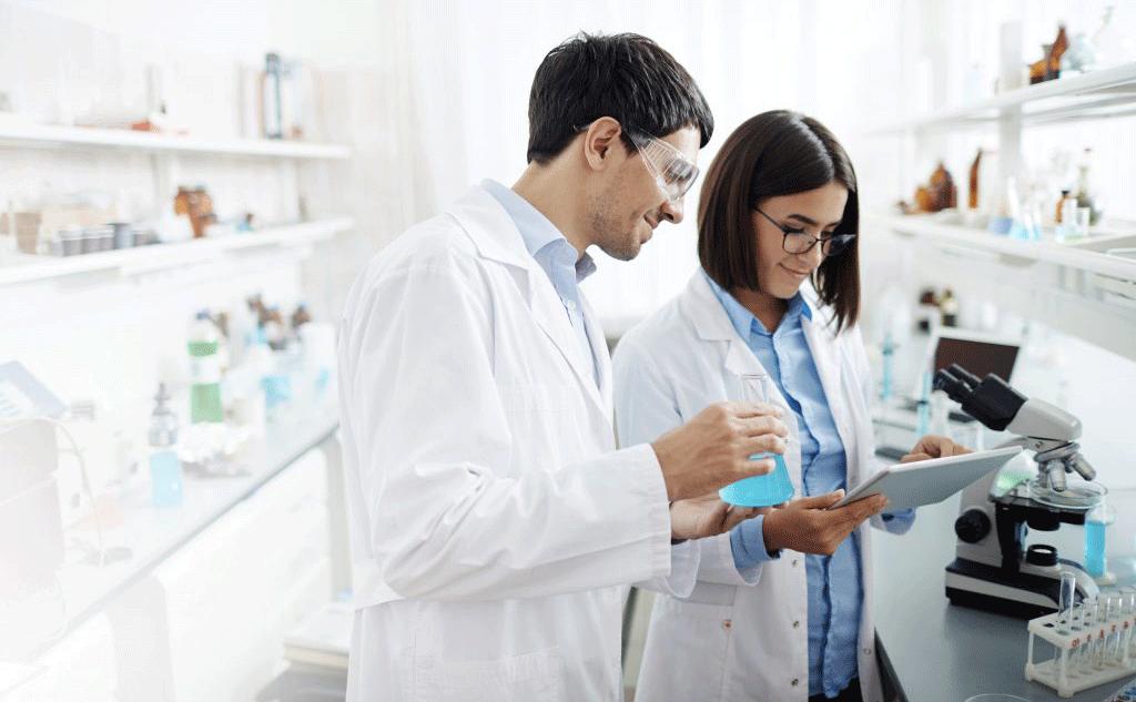 mann und frau im labor mit tablet in der hand
