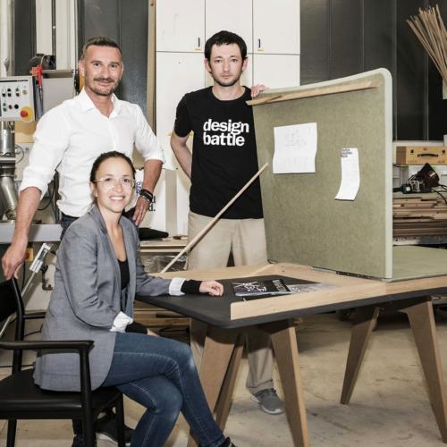 """Das Siegerteam des Design Battles 2021 mit dem Siegerdesign Tisch """"Butterfly""""."""