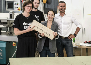 Das Siegerteam des Design Battles 2021 mit dem Gewinn vom Weingut Neumeister.