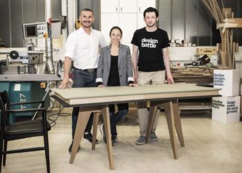 Karin Heschl-Polzhofer von VITAVO und Philipp Raunigg gemeinsam mit ihrem Tischler.