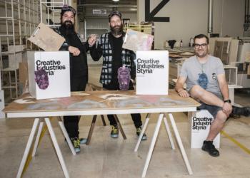 Io Tondolo & Itshe Petz präsentieren ihren Designentwurf gemeinsam mit dem Tischler.