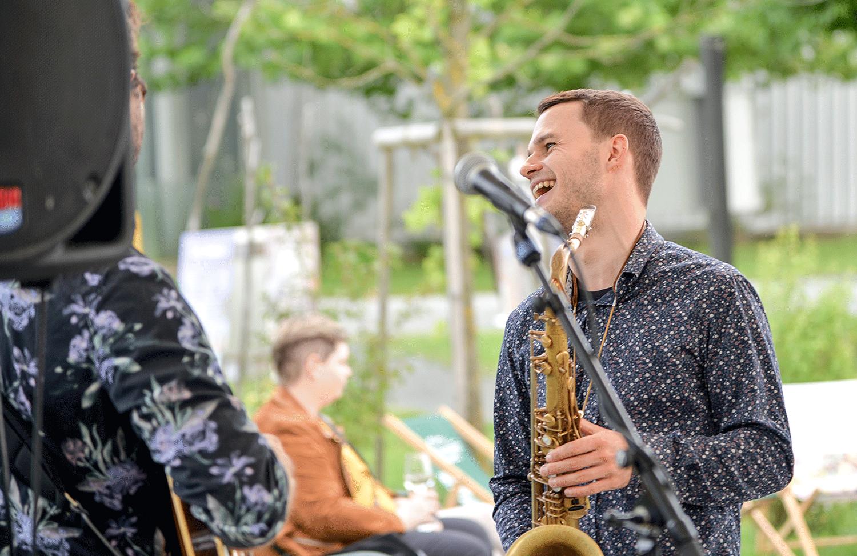 Lachender Musiker mit Saxophon