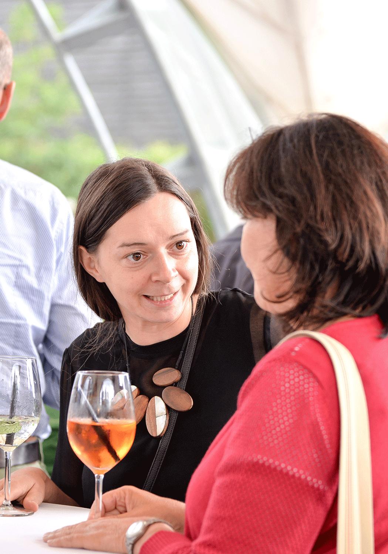 Zwei Frauen unterhalten sich bei einem Getränk