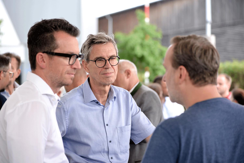 Zwei Männer mit stylischen Brillen