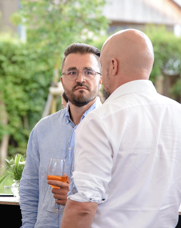 Zwei Männer unterhalten sich