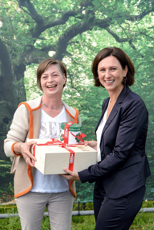 Frau in der Wirtschaft übergibt Einzugsgeschenk