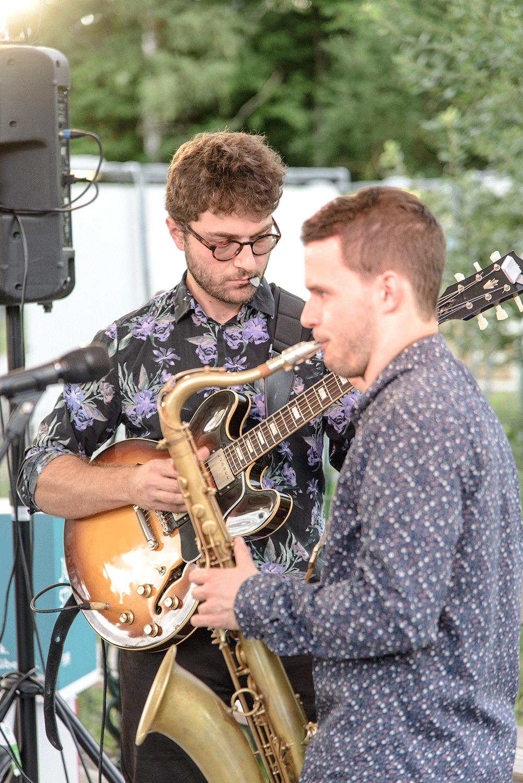Zwei Musiker mit Saxophon und Gitarre