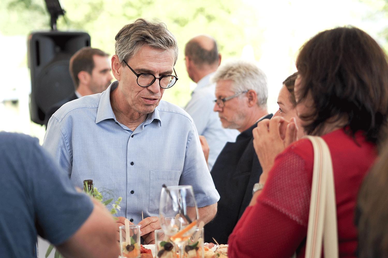 Mann mit Brille erklärt etwas