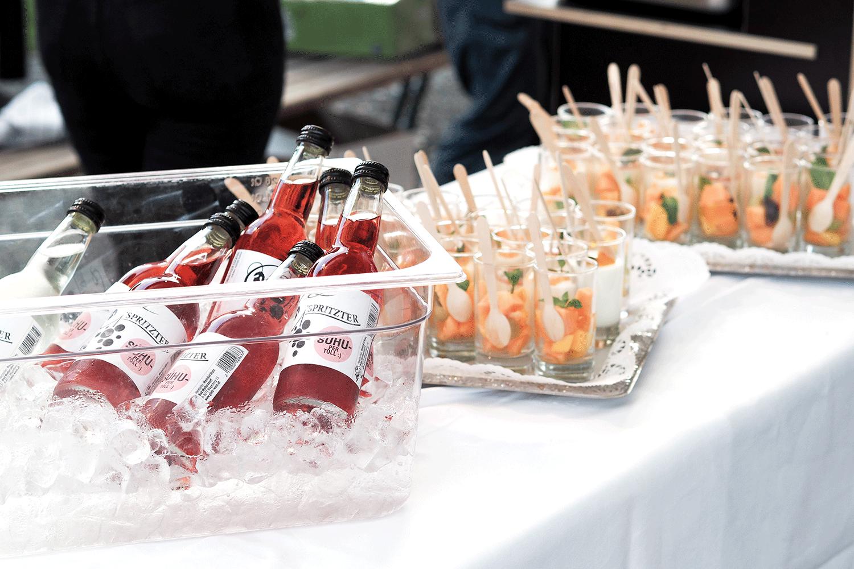 Gekühlte Getränke und Häppchen auf weißem Tischtuch
