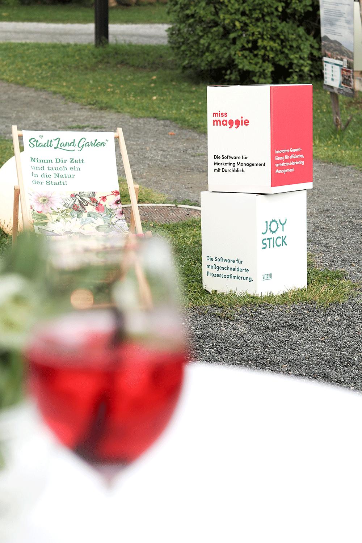 Stadt Hartberg Liegestuhl, Miss Maggie Würfel und Weinglas mit rotem Inhalt